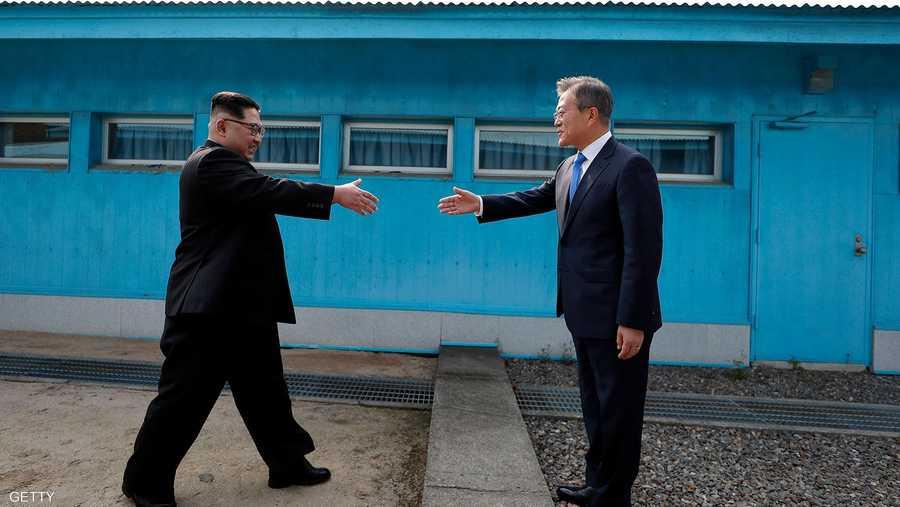 لحظة تاريخية بين الرئيسين الكوريين على الحدود