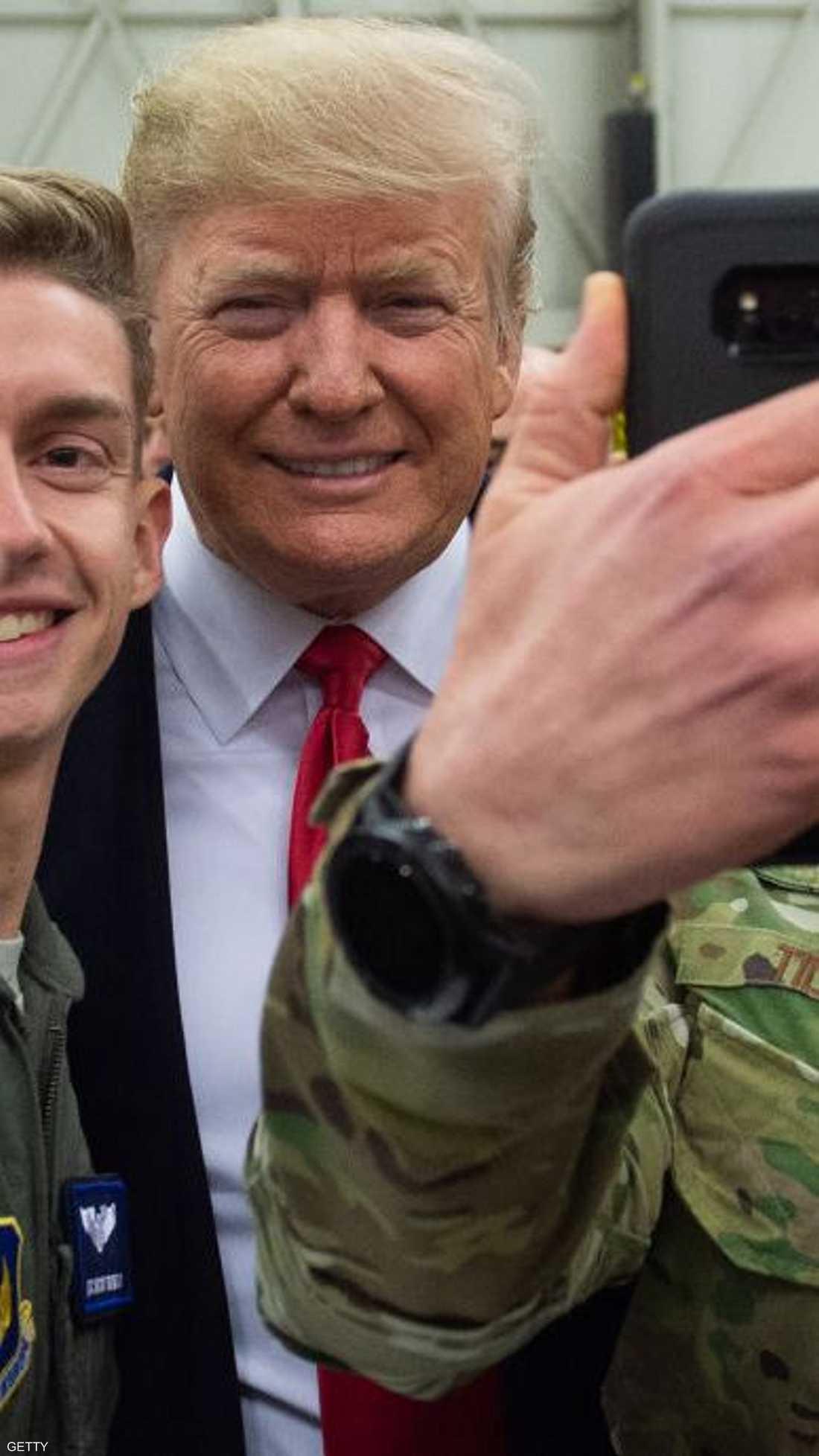سيلفي الجنود مع الرئيس الأميركي