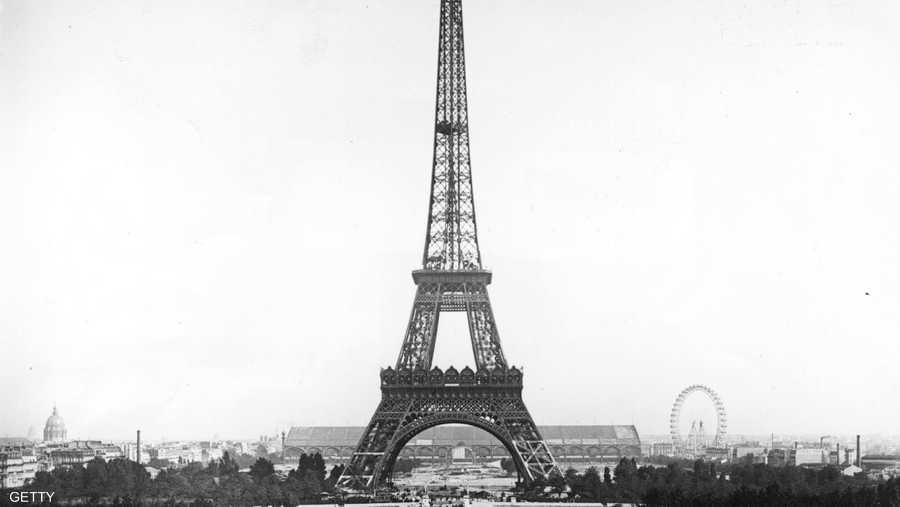 يتكون البرج من 108 طوابق، وهو مشغول بكامله من الحديد المفتوح، وتم إعادة طلائه منذ إنشائه نحو 17 مرة.