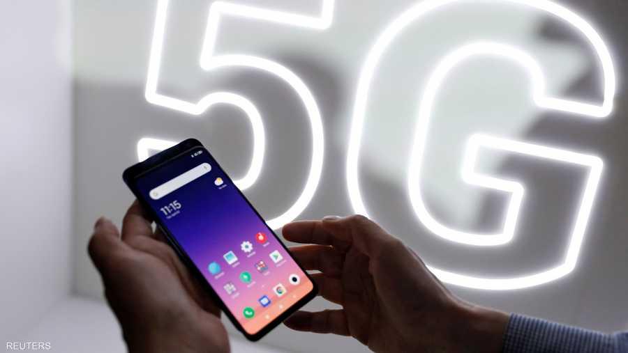 """يعد Mi 9 أحدث هواتف """"شاومي"""" المميزة، ويتسم بكاميرا ثلاثية مدعومة بسمات الذكاء الاصطناعي وإمكانية شحن لاسلكي."""