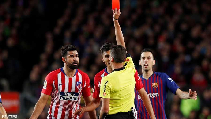 وأشهر حكم المباراة البطاقة الحمراء في وجه مهاجم الضيوف مبكرا، وبشكل مباشر فيما اتضح لاحقا سبب المشكلة.