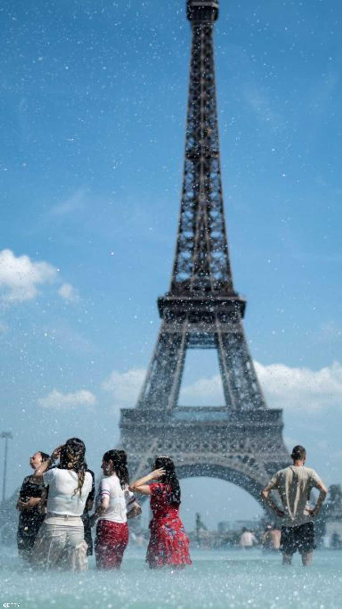 تعيش أوروبا على وقع موجة حر غير مسبوقة، قد تحطم أرقاما قياسية في عدد من الدول، فيما يحذر الخبراء من خطورة هذا الطقس.