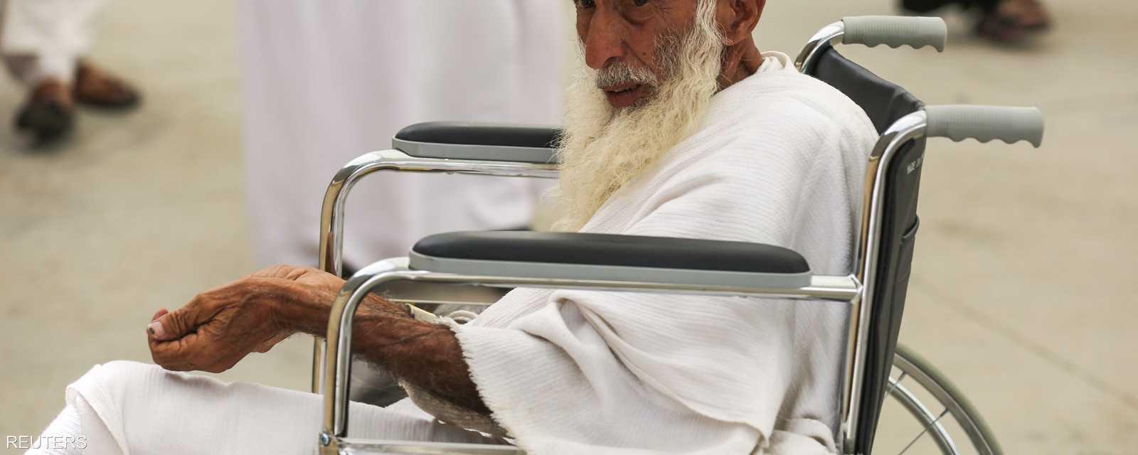 يرمي الحاج أول الجمار يوم العيد وهي الجمرة التي تلي مكة ويقال لها جمرة العقبة