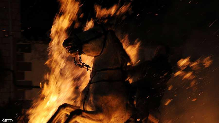 يتم ركوب الخيول من خلال النيران في الليلة التي تسبق تكريم الحيوانات