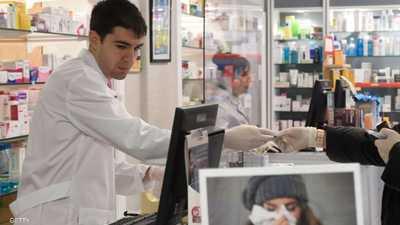 بالصور.. لاعب إسباني يبدأ العمل داخل صيدلية لمواجهة كورونا