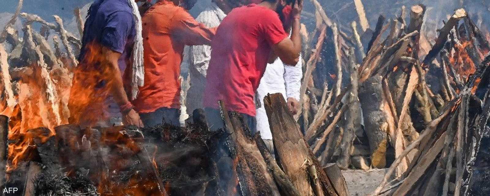 حزن ونيران عند حرق ضحايا كورونا