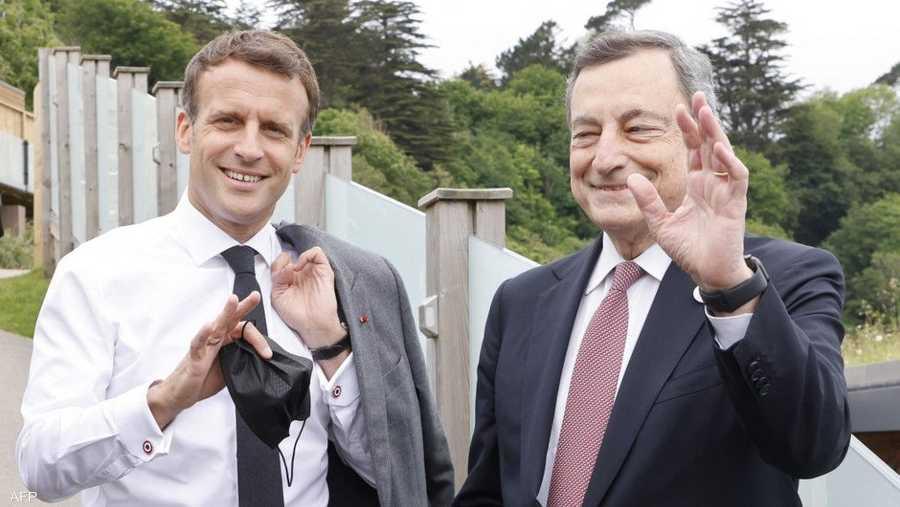 الرئيس الفرنسي إيمانويل ماكرون برفقة رئيس الوزراء الإيطالي ماريو دراغي.